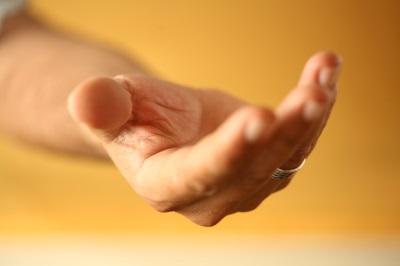 Auttava käsi avun tarvitsijalle